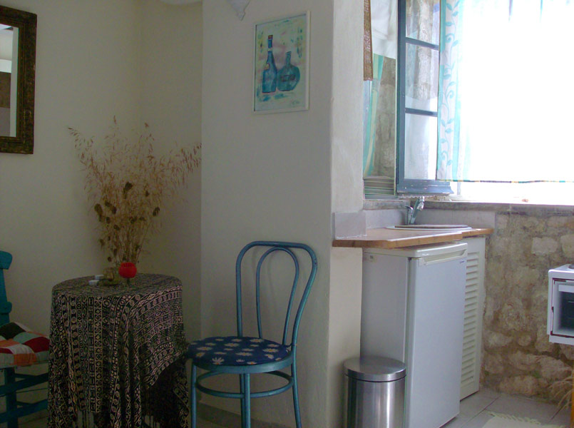Studio - kitchen and dining area